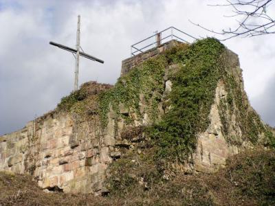Kuernburg_Bergfried_und_Schildmauer